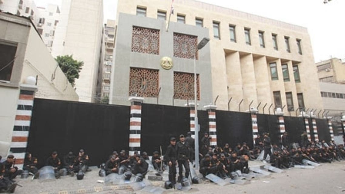 عناصر في الأمن المصري يؤمنون السفارة السورية بالقاهرة (أرشيفية)