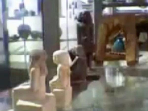 تمثال فرعوني يتحرك من تلقاء نفسه في متحف بريطاني