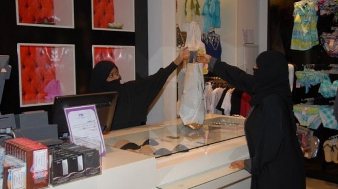 سعوديات يعملن في المحال التجارية