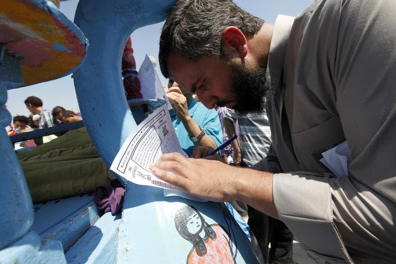A man signing Tagarod campaign