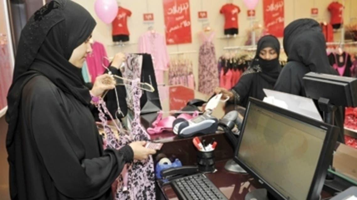 سيدات يعملن في محلات نسائية