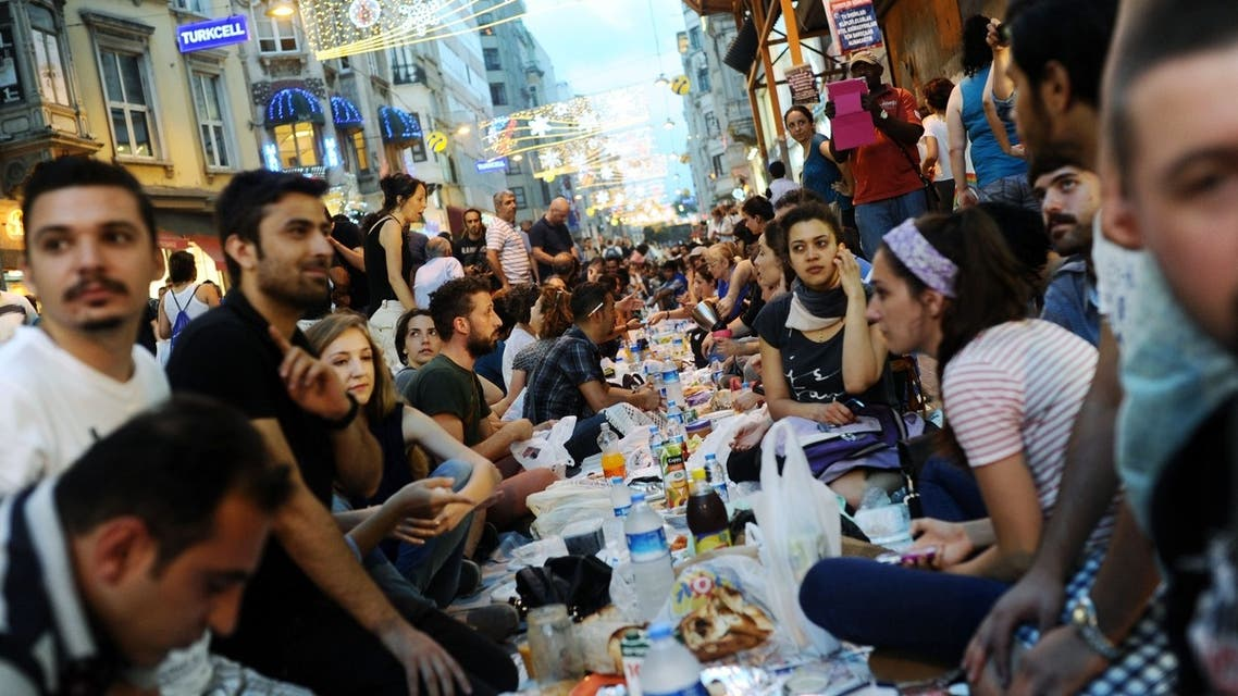 Turkish anti-government protesters gather as they break their first day of fasting for the Muslim holy month of Ramadan on Istiklal street, the main shopping corridor, on July 9, 2013 in Istanbul. (AFP)