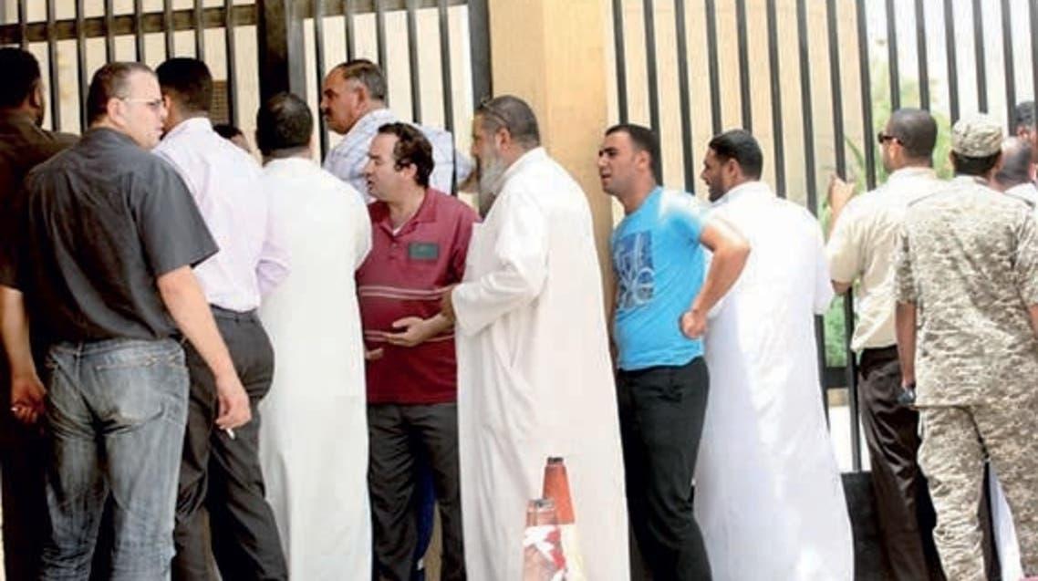 عمالة مصرية أمام سفارة القاهرة في الرياض