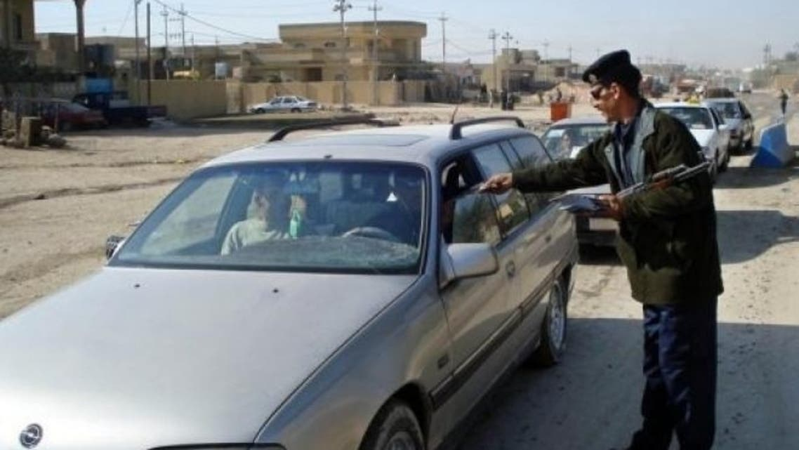 Iraqi border policemen check cars a checkpoint in the city of Fallujah, west of Baghdad. (File photo: AFP)