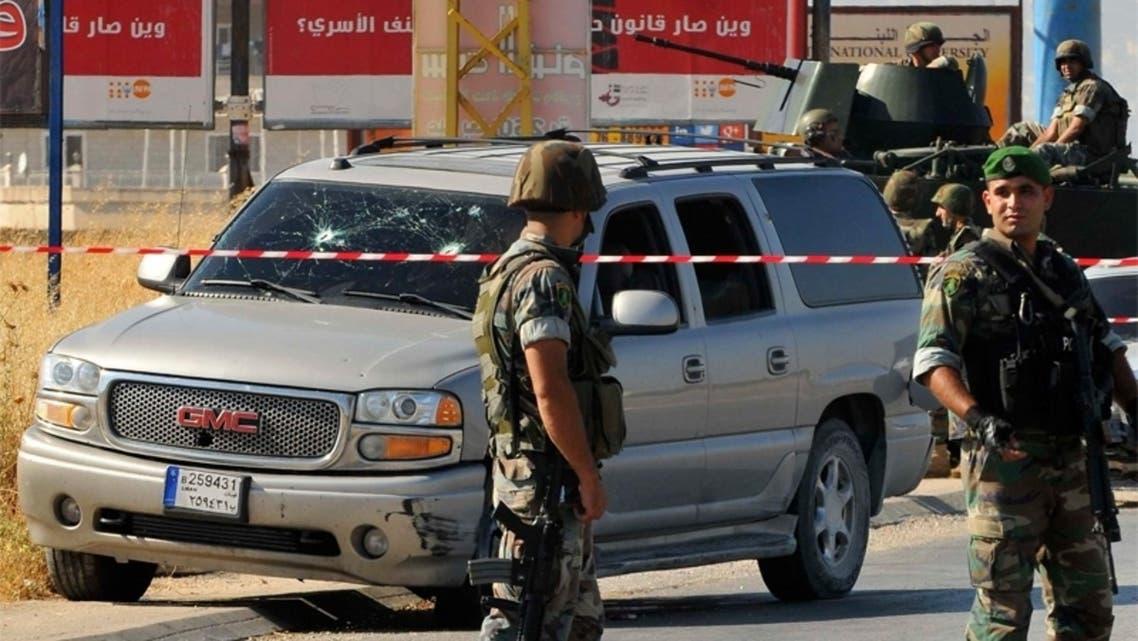 عناصر من الجيش اللبناني تحيط بسيارة استهدفها هجوم في البقاع