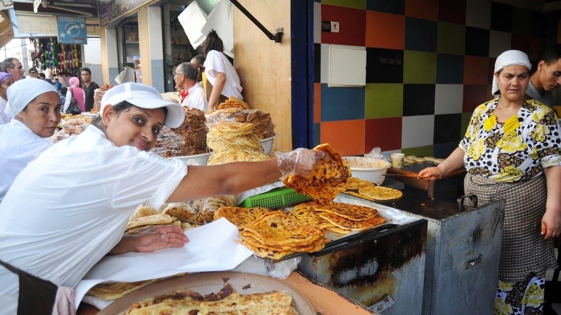 محال بيع شهيوات رمضان تستقطب نساء كثيرات للعمل
