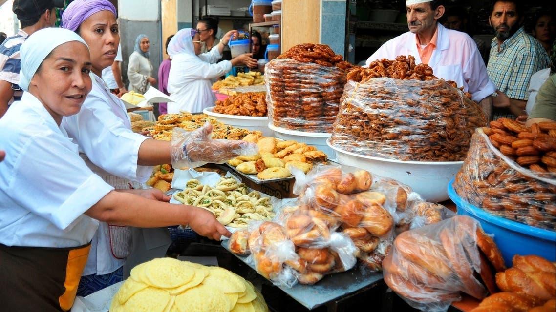 نساء ورجال مغاربة يعملون سوية في تقديم بهي النظر ولذيذ المأكل من شهيوات رمضان في المغرب