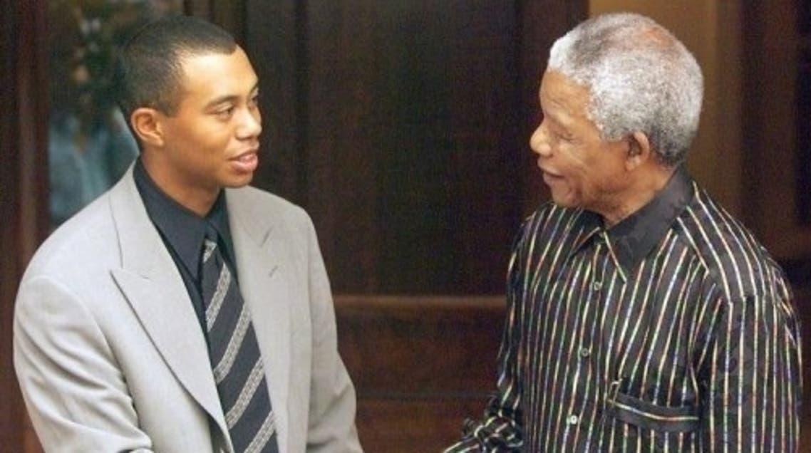 South African President Nelson Mandela (R) shakes hands with Tiger Woods, Nov. 30, 1998 in Johannesburg. (AFP)