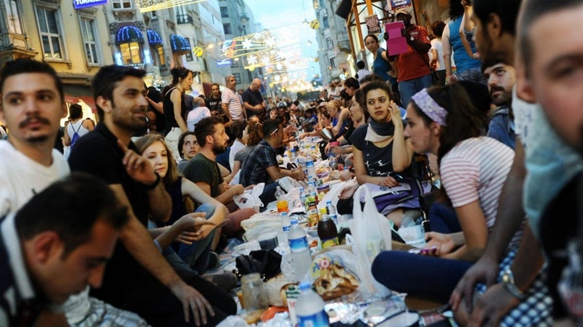 Turkish anti-government protesters gather as they break their first day of fasting for the Muslim holy month of Ramadan on Istiklal street, the main shopping corridor, on July 9, 2013 in Istanbul.