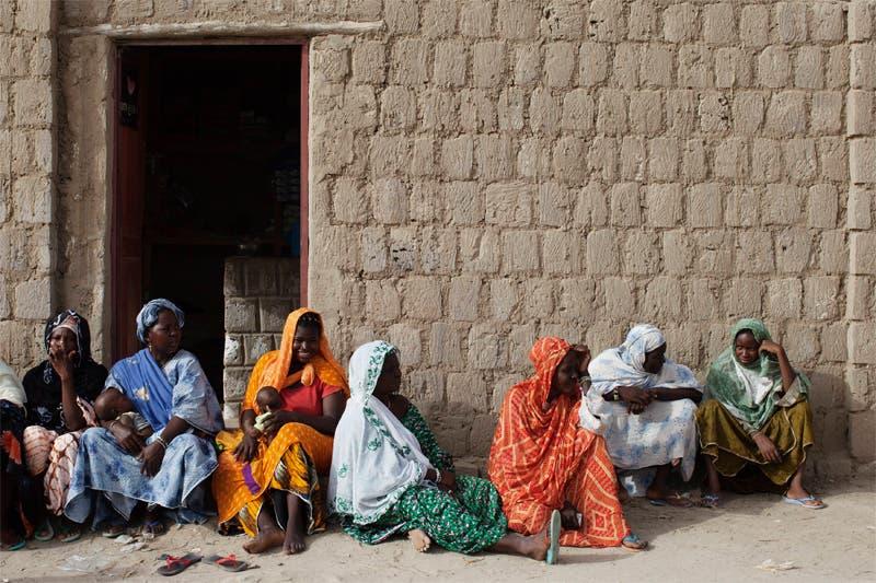 مجموعة من الناخبات يستعدون للتصويت في انتخابات الرئاسة في مالي