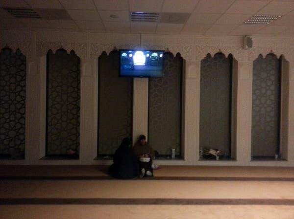 الإطاحة بـ3 سرقوا حقيبة امرأة وهي تصلي في مسجد بالرياض