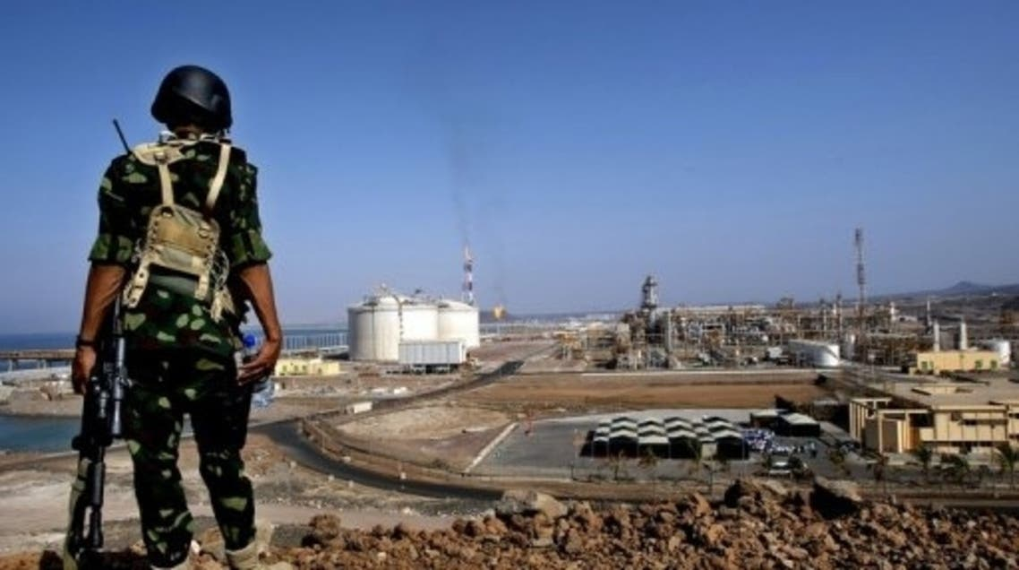 A Yemeni soldier stands guard at the Balhaf gas terminal on the Gulf of Aden, on November 7, 2009 (AFP/Fil