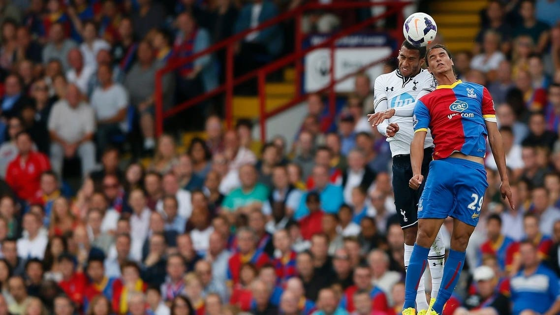 Crystal Palace's Marouane Chamakh (R) challenges Tottenham Hotspur's Etienne Capoue during their English Premier League soccer match at Selhurst Park in London August 18, 2013. (Reuters)