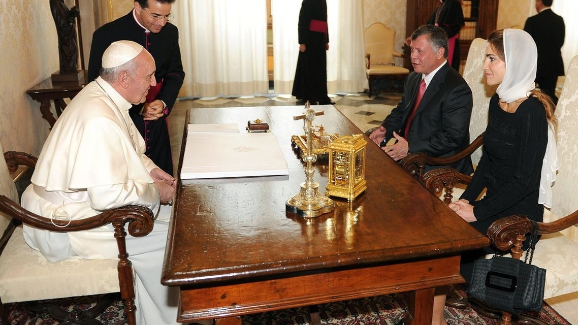 Pope Francis (L) talks with King of Jordan Abdullah II Ibn Hussein and his wife Rania (R) during a private audience on August 29, 2013 at the Vatican. AFP