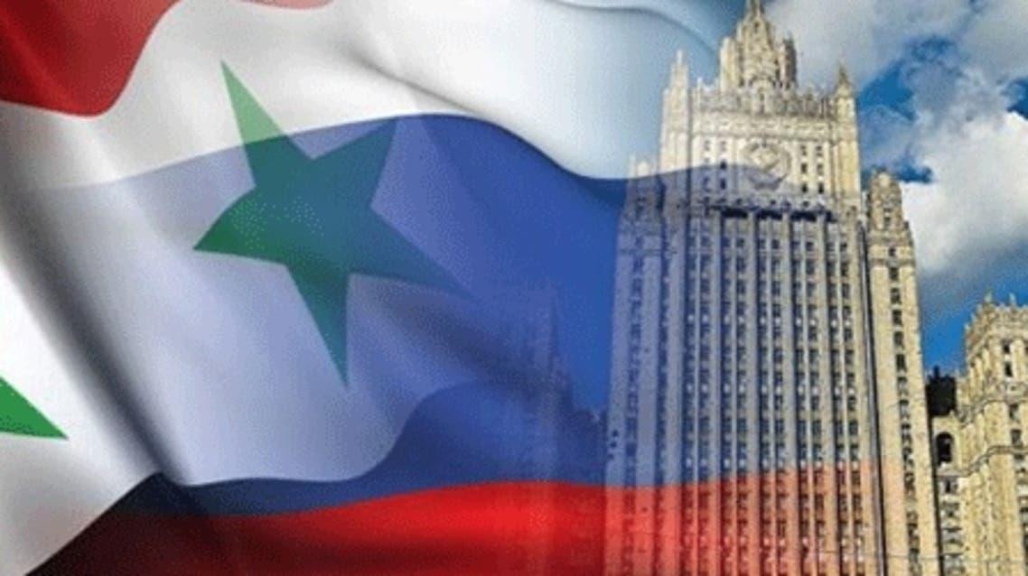 العلم السوري والروسي ومبنى الوزارة الخارجية الروسية
