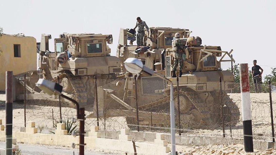 قوات من الجيش المصري معززة بآليات حفر على الحدود مع غزة