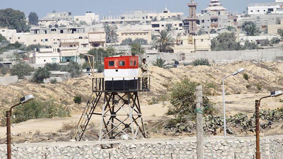 جندي من الجيش المصري يتمركز في نقطة مراقبة على الحدود مع غزة في رفح