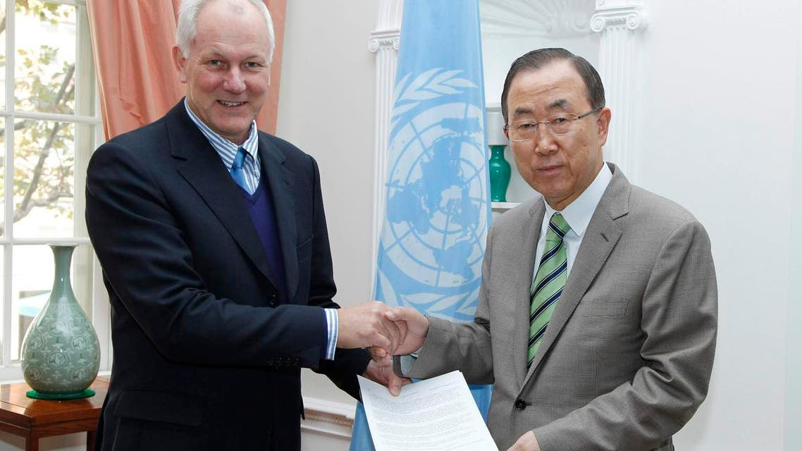 Ake Sellstrom (L) head of the chemical weapons team working in Syria, hands a report on the August 21, 2013 Al-Ghouta massacre to United Nations Secretary-General Ban Ki-moon