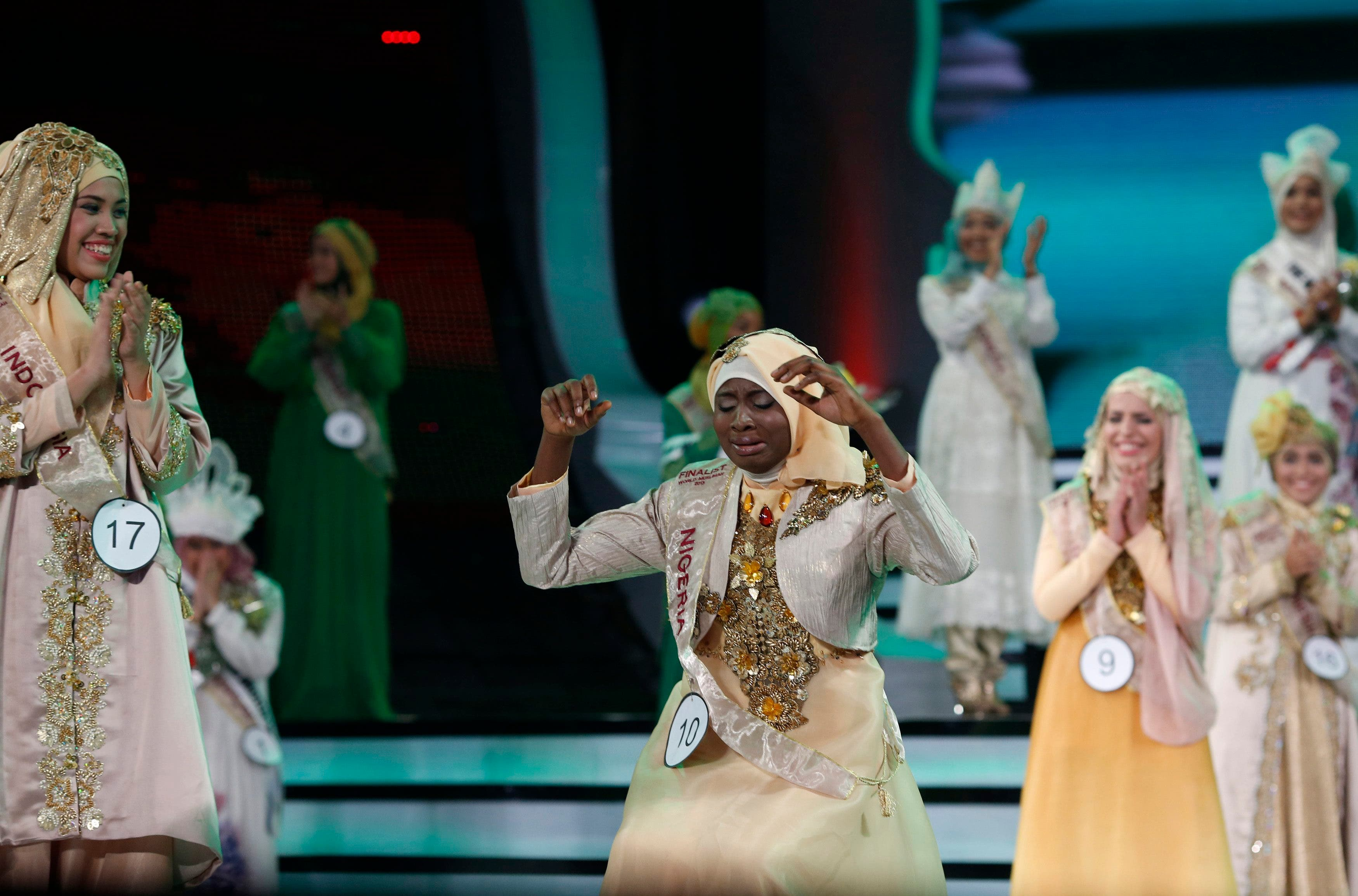 Nigerian Obabiyi Aishah Ajibola (C) reacts after being named World Muslimah 2013 during the third Annual Award of World Muslimah in Jakarta Sept.18, 2013. (Reuters)