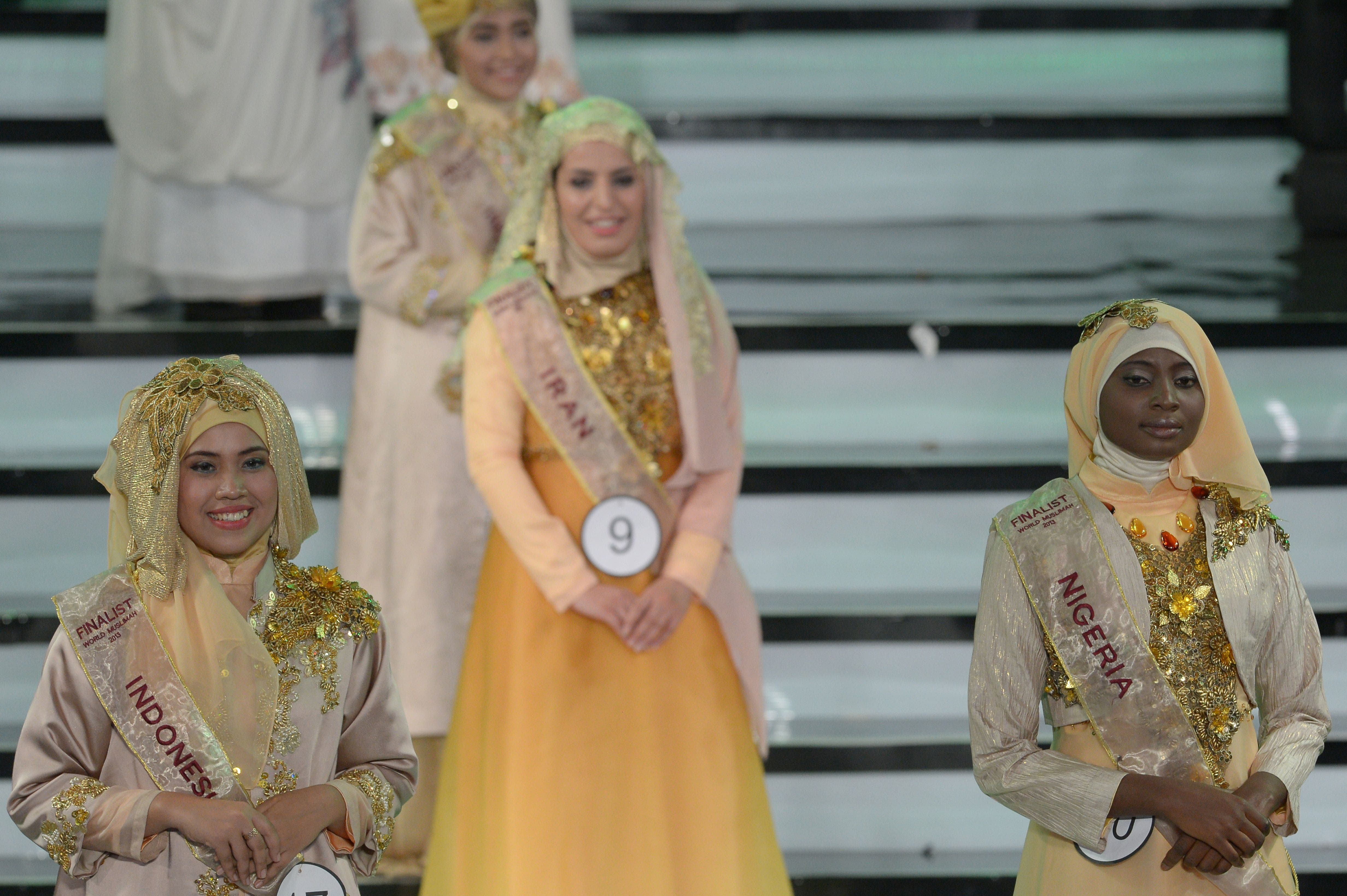 The newly crowned the Muslimah World 2013 Obabiyi Aishah Ajibola (C-R) of Nigeria is congratulated by contestants during the Muslimah World competition in Jakarta on Sept. 18, 2013. (AFP)