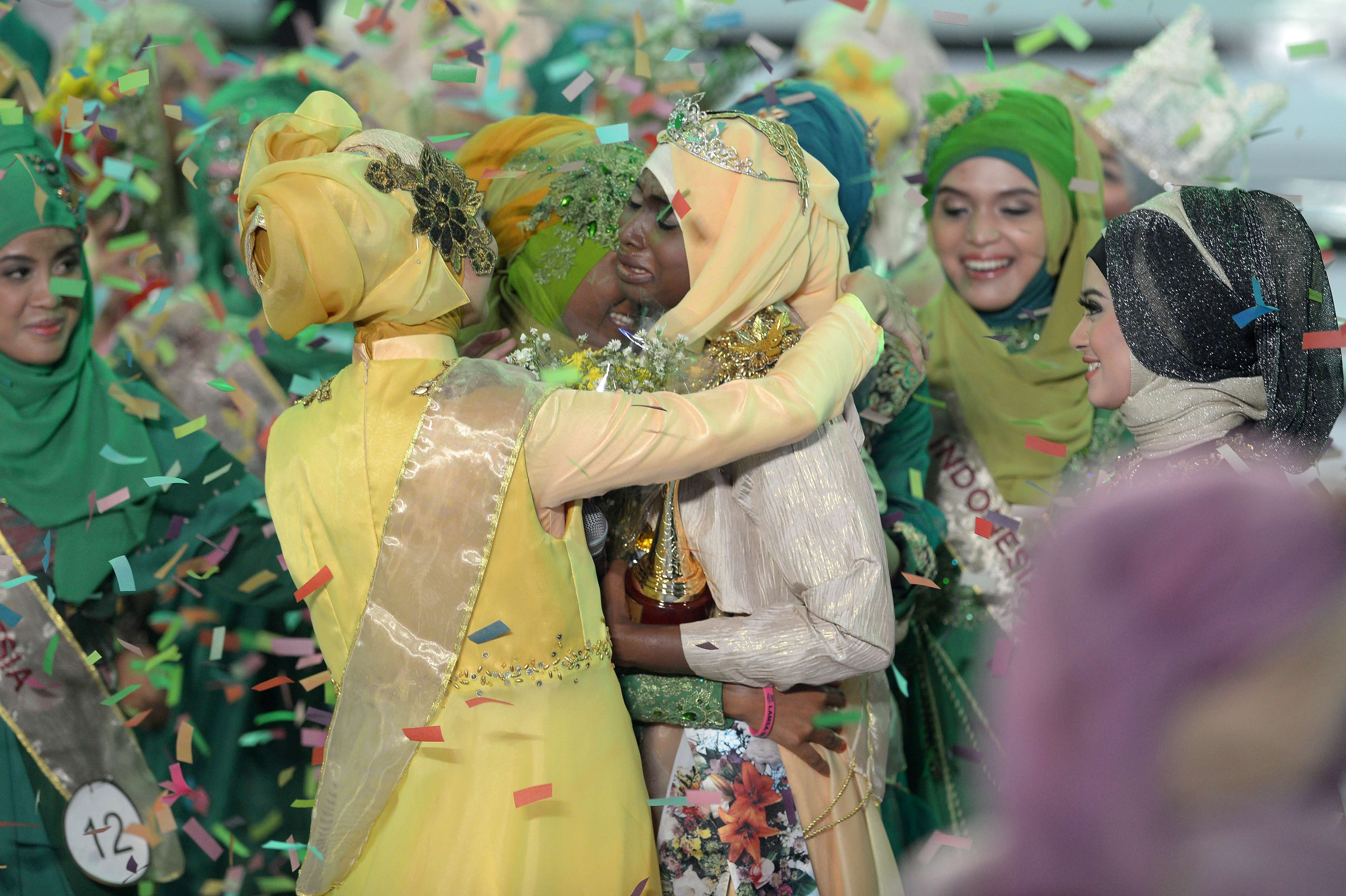 The newly crowned Muslimah World 2013 Obabiyi Aishah Ajibola (C) of Nigeria speaks to the audience during the Muslimah World competition in Jakarta on Sept. 18, 2013.  (AFP)