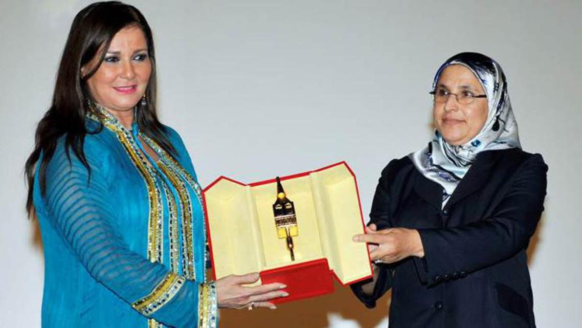 الوزيرة المغربية بسيمة حقوي تسلم درع تكريم مهرجان سلا للفنانة آثار الحكيم