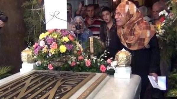 سيدات يبكين اثناء زيارة ضريح جمال عبد الناصر