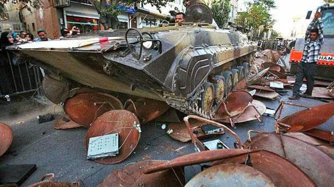 دبابات في شوارع شيراز لتدمير أطباق الفضائيات
