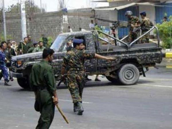 مسلحون بلباس عسكري يقتحمون مبنى للجيش في المكلا باليمن