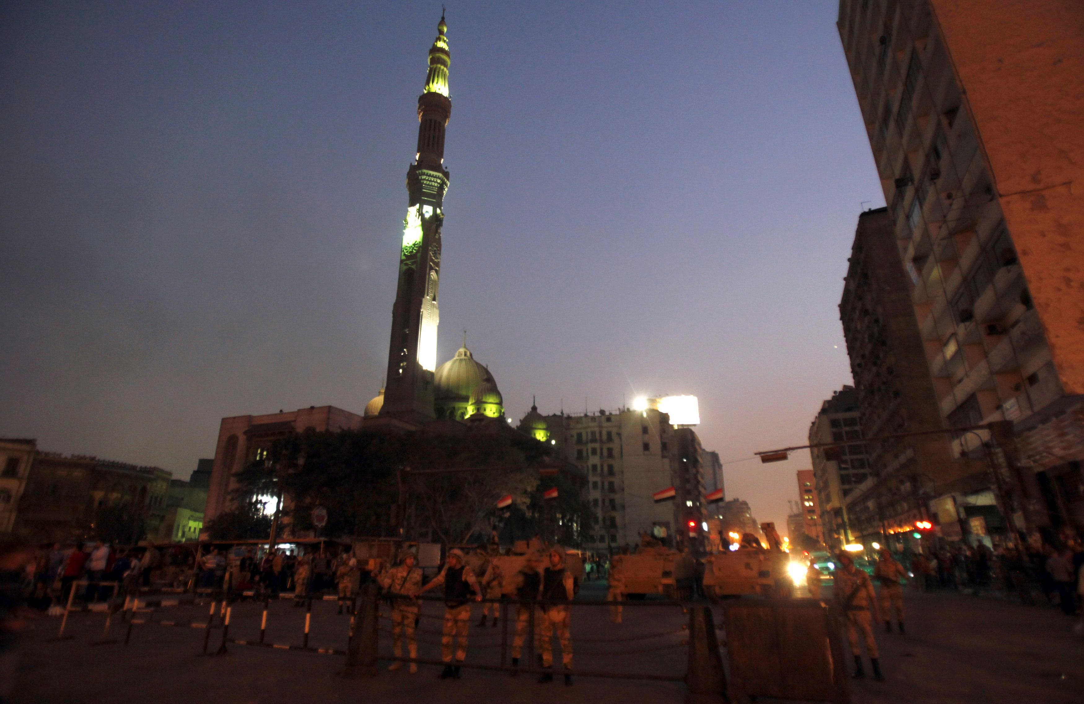 Army soldiers stand guard and take positions in front of al-Fath mosque at Ramsis Square during clashes between anti-Mursi protesters, and members of the Muslim Brotherhood and ousted Egyptian President Mohamed Mursi supporters, in Cairo October 6, 2013. (Reuters)