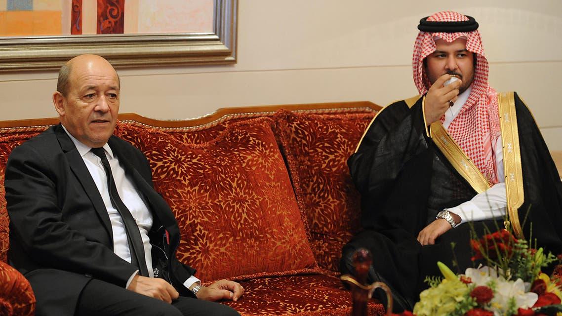 الامير سلطان بن سلمان خلال استقبالة وزير الدفاع الفرنسي