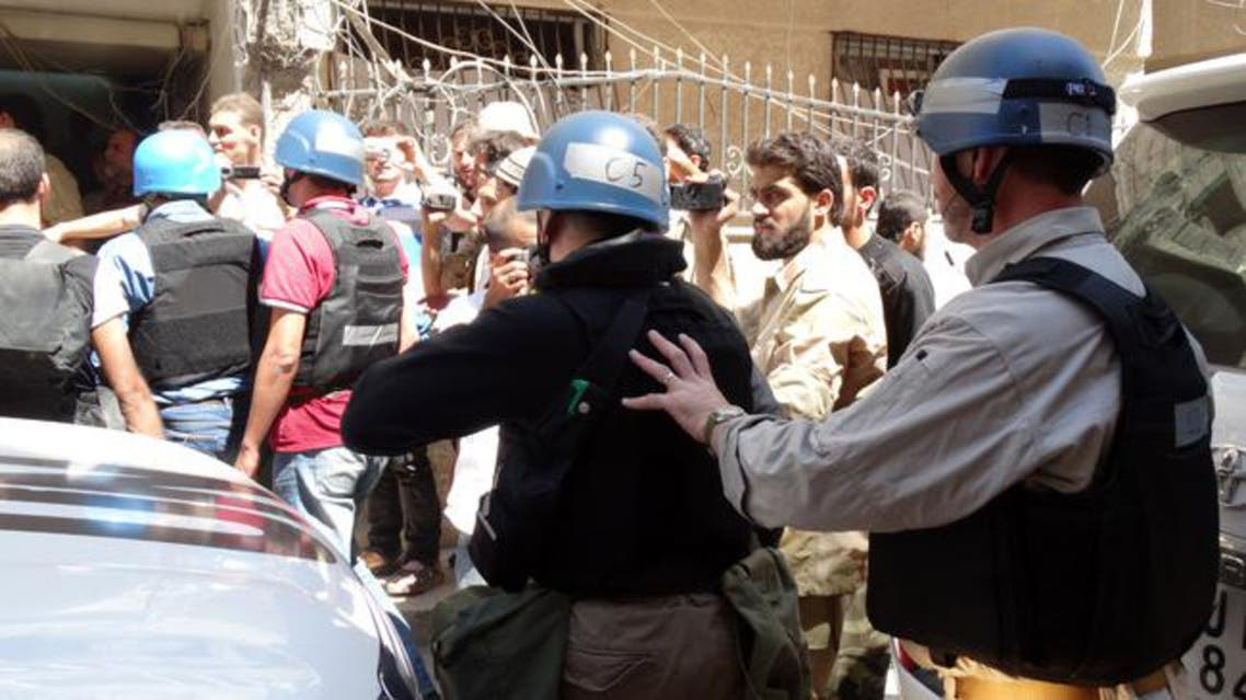 Syrian opposition fighters, civilians and journalists surround UN arms experts as they arrive to inspect the site of an August 21st chemical attack in the Damascus suburbs. [AFP