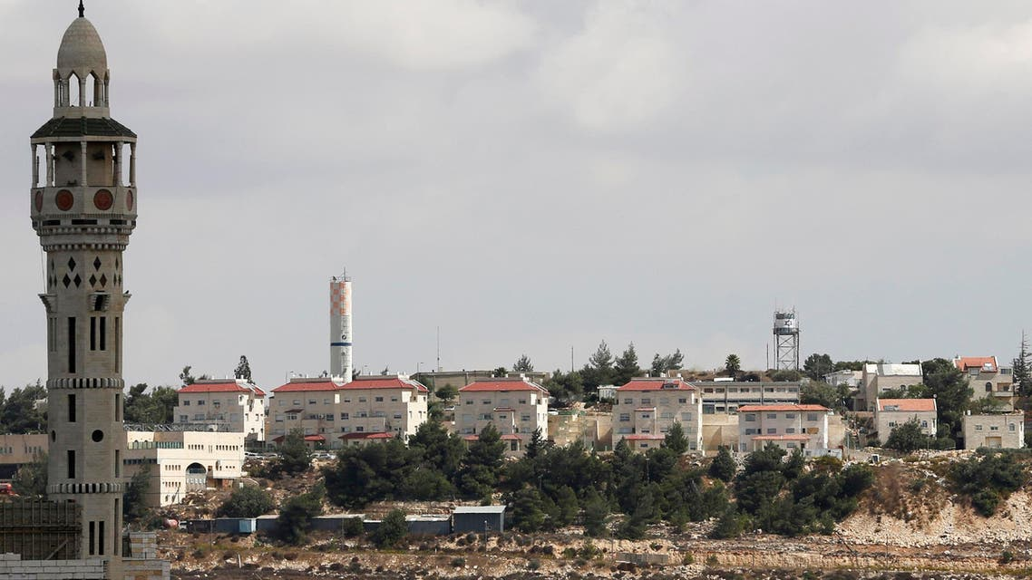 Houses in the West Bank Jewish settlement of Psagot are seen behind a mosque (L) in Al-Bireh, next to the West Bank city of Ramallah October 6, 2013. (Reuters)
