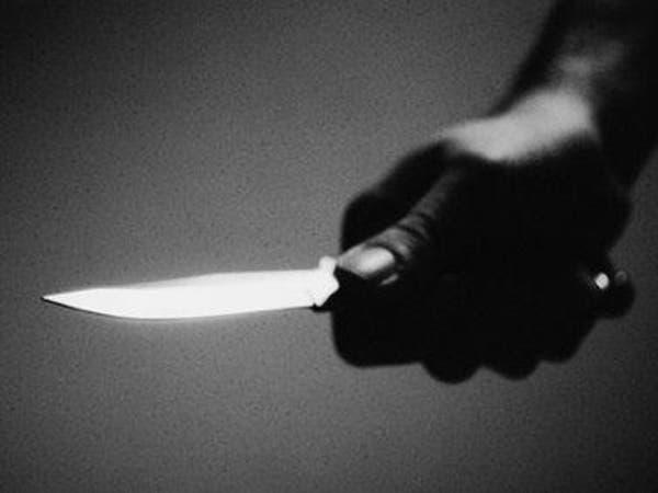 أب يقتل طفليه وزوجته طعناً داخل منزلهم في جدة!