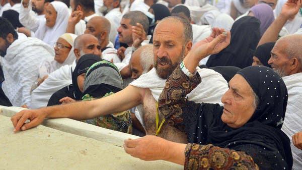 حجاج بيت الله الحرام يرمون جمرة العقبة الكبرى