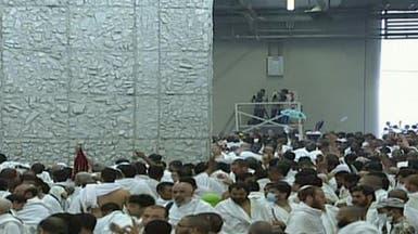 حجاج بيت الله يرمون الجمرات في أول أيام عيد الأضحى