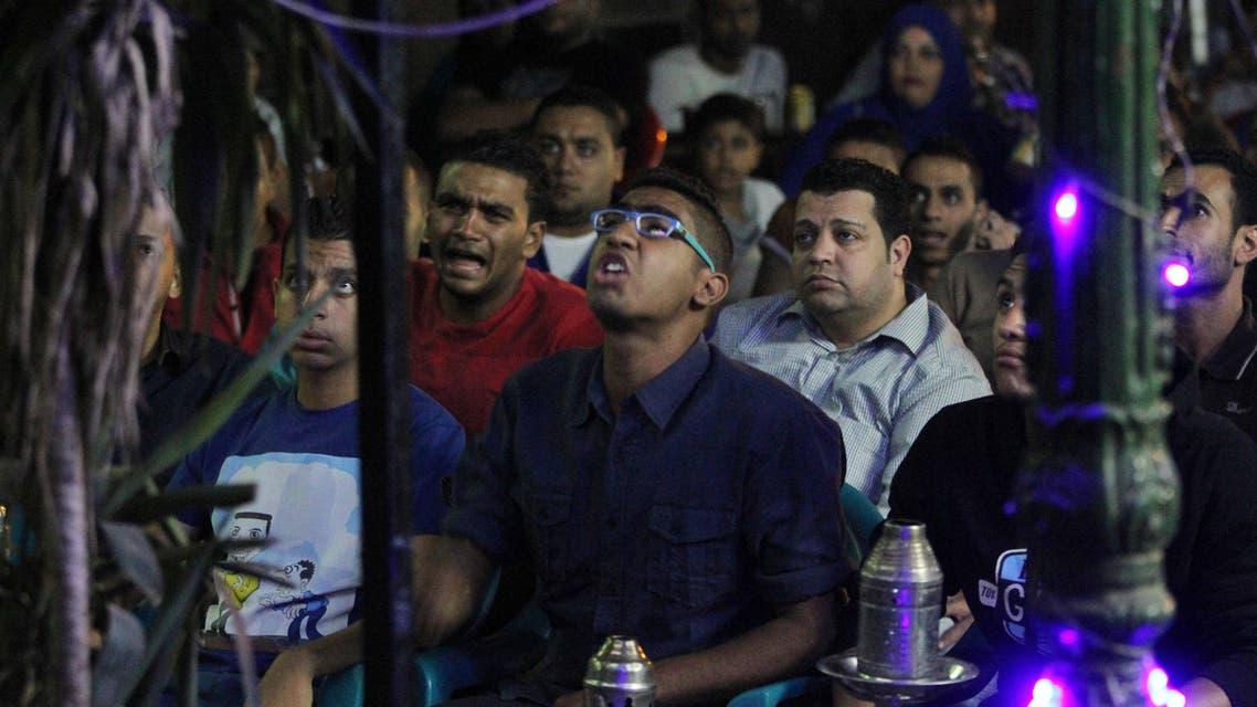 جماهير تتابع مباراة منتخب مصر في مقهى في القاهرة