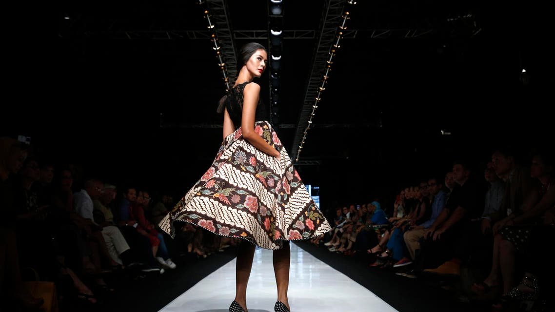 A model presents a creation by Indonesian designer Edward Hutabarat during a Fashion Week show in Jakarta, October 21, 2013. REUTERS
