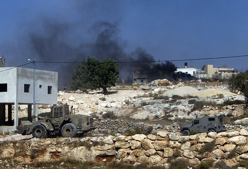 آليات للجيش الاسرائيلي في موقع الاشتباك المسلح