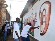 فنان يحارب قذارة مدينته برسوم غرافيتي على جدرانها