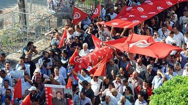 رجال شرطة في تونس يحملون الأكفان في شارع بورقيبة