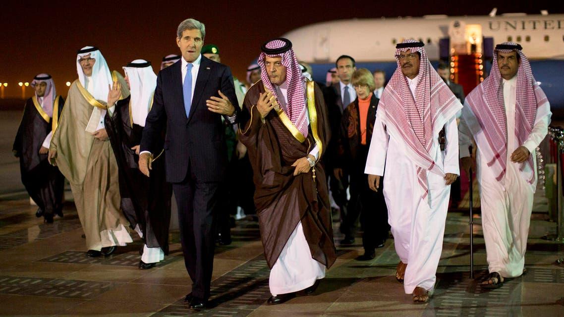 كيري لحضة وصولة الرياض وفي استقبالة سعود الفيصل