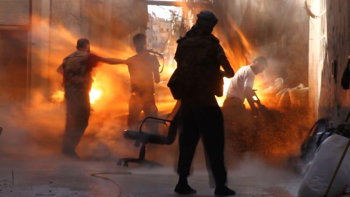 مجموعة من الثوار لحظة قصفهم بقذيفة دبابة لجيش النظام في حلب