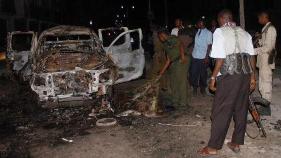 Security forces inspect the site of a car bomb attack in the Somali capital, Mogadishu on November 8, 2013 (AFP)