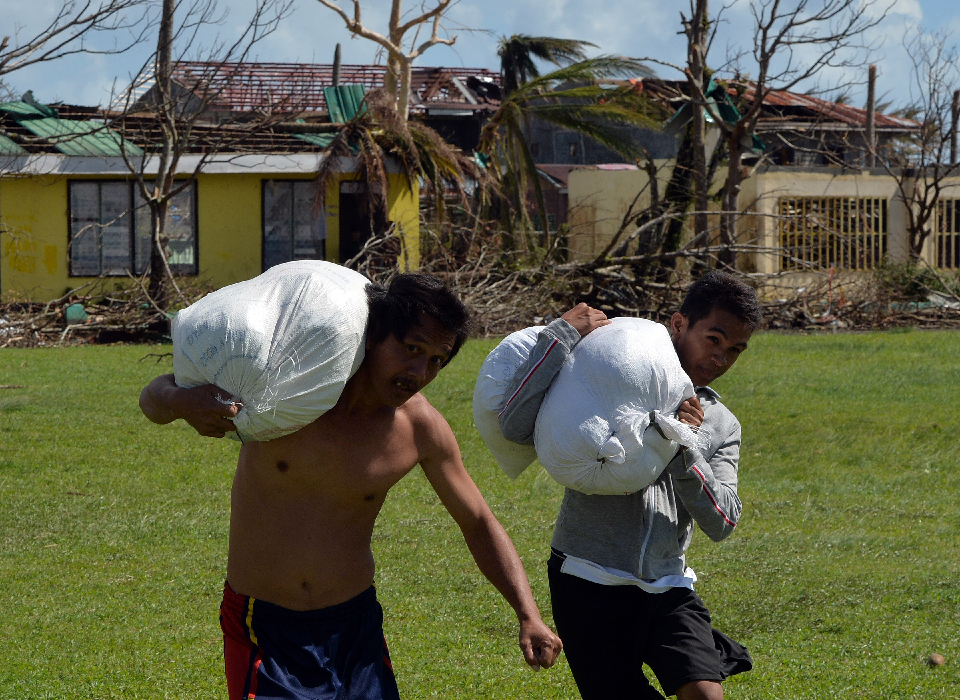 Villagers unload U.S. Aid from a U.S. Marines Osprey aircraft at Balangiga City, Samar Province on Nov. 16, 2013. (AFP)
