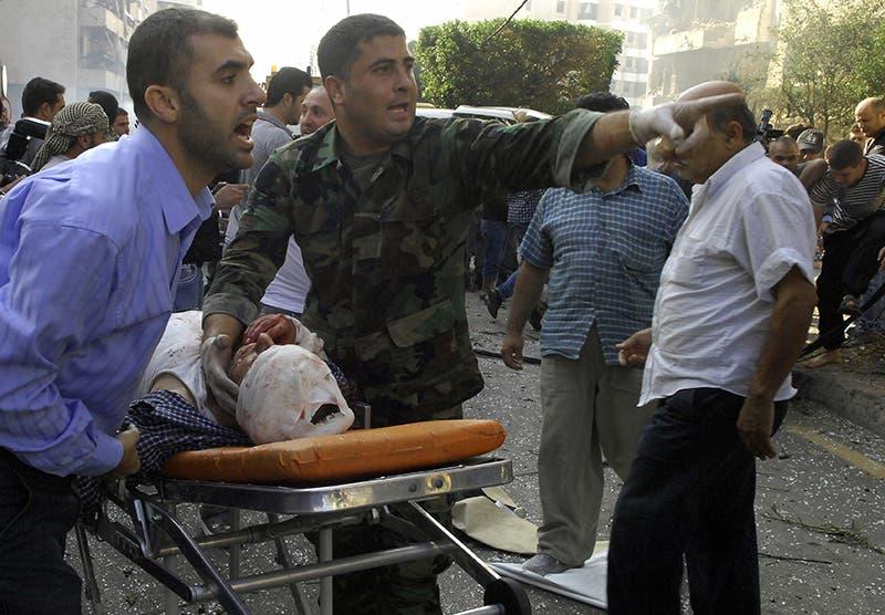 نقل مصابي تفجير السفارة الايرانية في بيروت الى المشافي