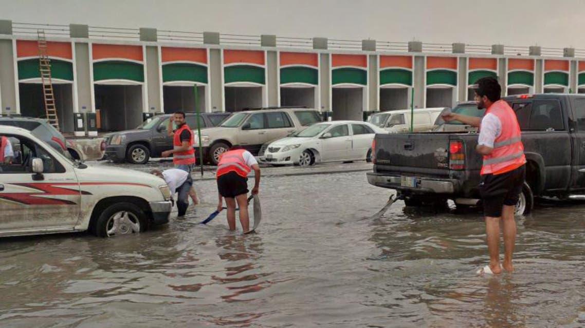 متطوعون شباب ينقذون متضرري أمطار الأحساء