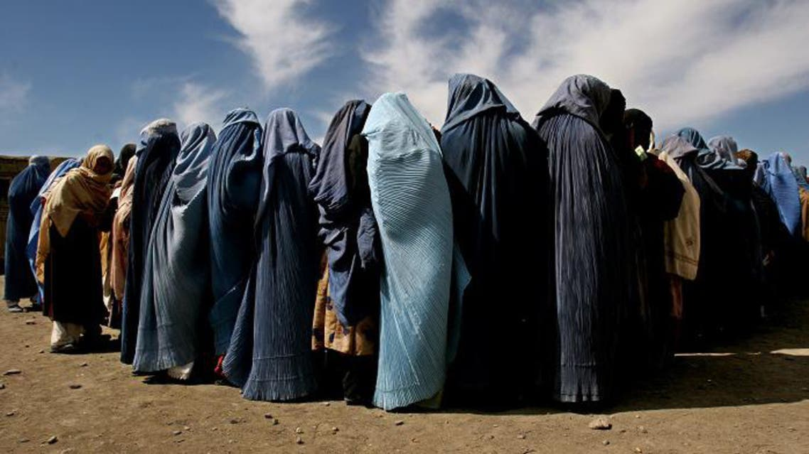 Afghan war widows wait for food during a distribution program in Kabul, Afghanistan. (File photo: AP)