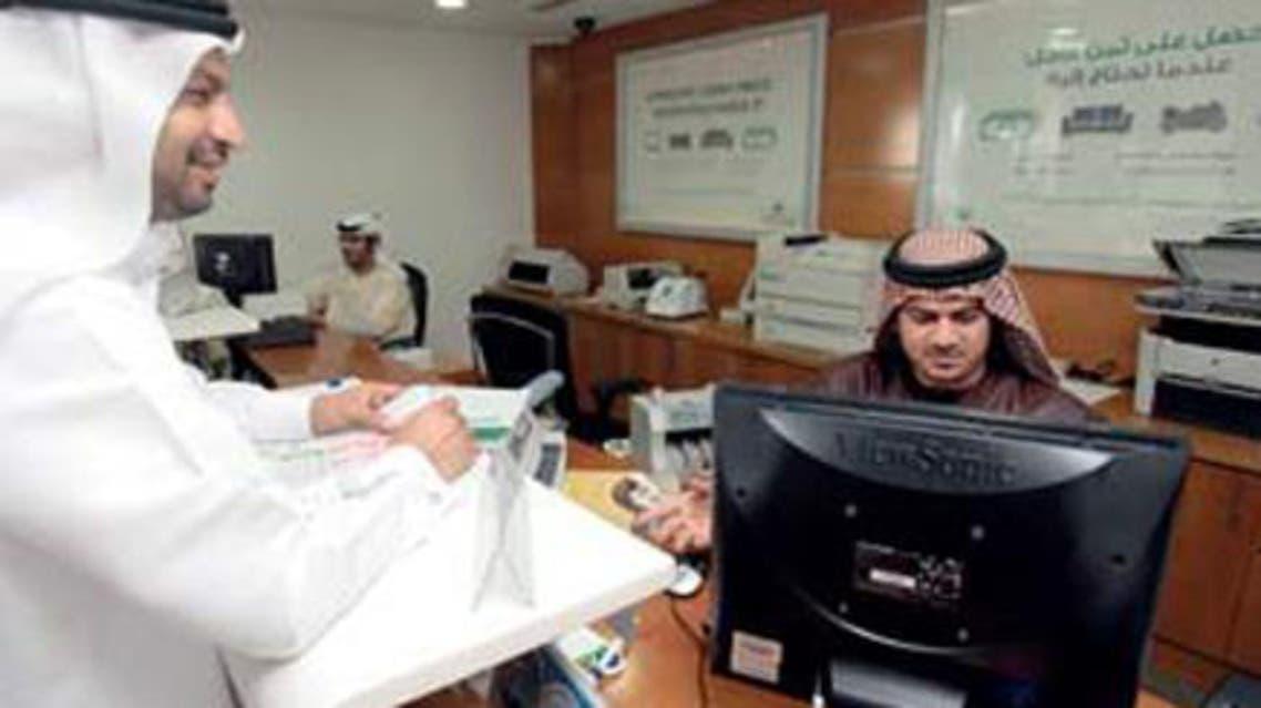 موظفون اماراتيون في أحد البنوك