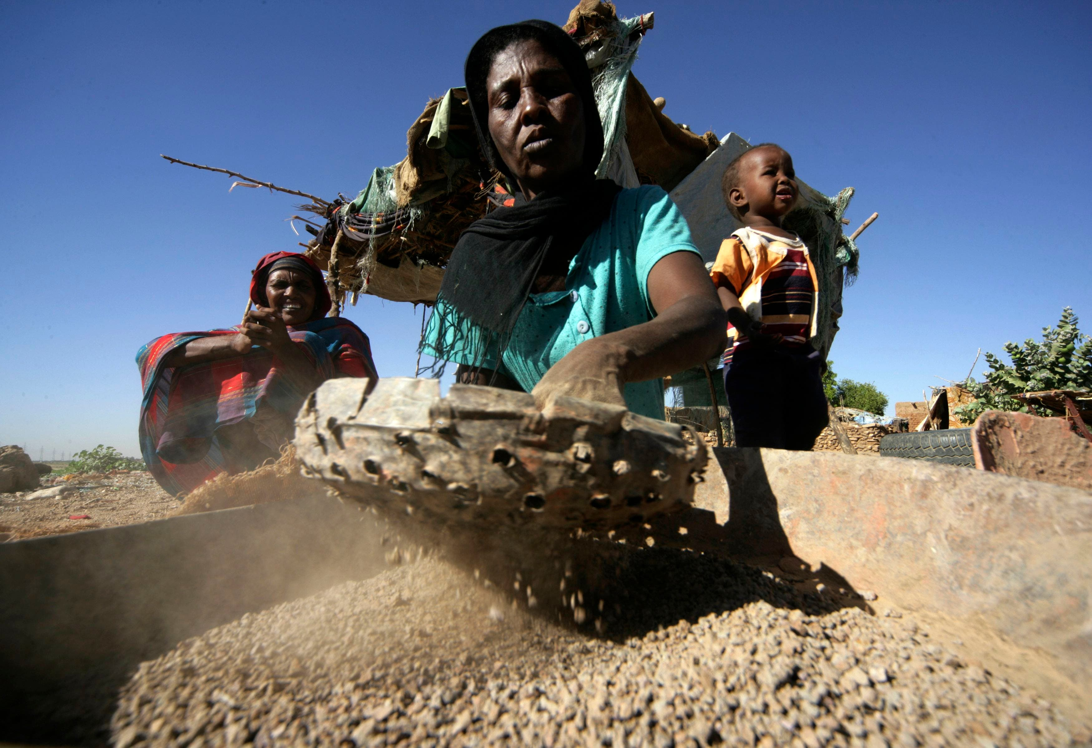 Sudanese make clay pots to support their families
